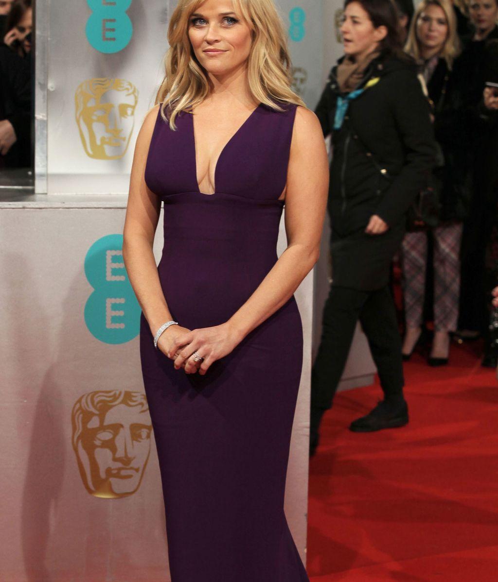 La presentadora  de la gala, Reese Witherspoon vestida de un femenino morado.