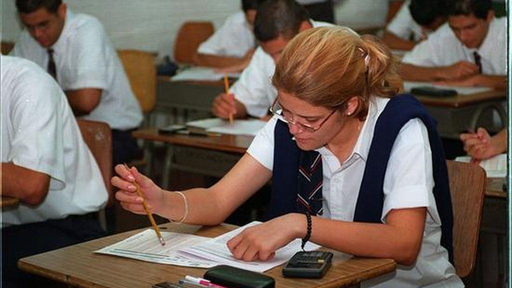 Un grupo de alumnos de secundaria realiza un examen. EFE/Archivo