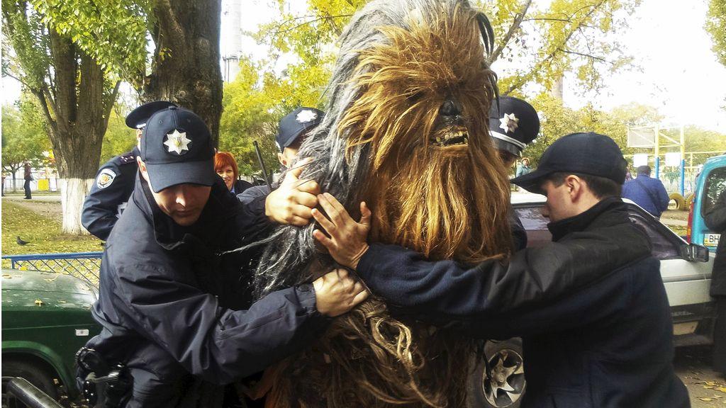 Arrestan a Chewbacca por hacer campaña para Darth Vader