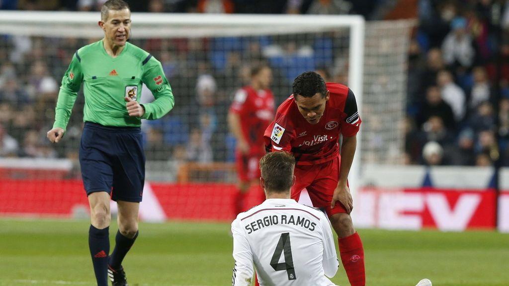 El defensa del Real Madrid Sergio Ramos (en el suelo) se lesiona durante el partido ante el Sevilla