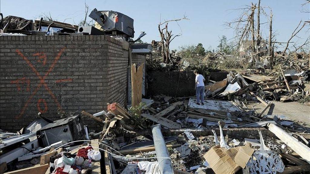 Una mujer busca entre los escombros del barrio Fan Road en Pleasant Grove, Alabama, Estados Unidos. EFE