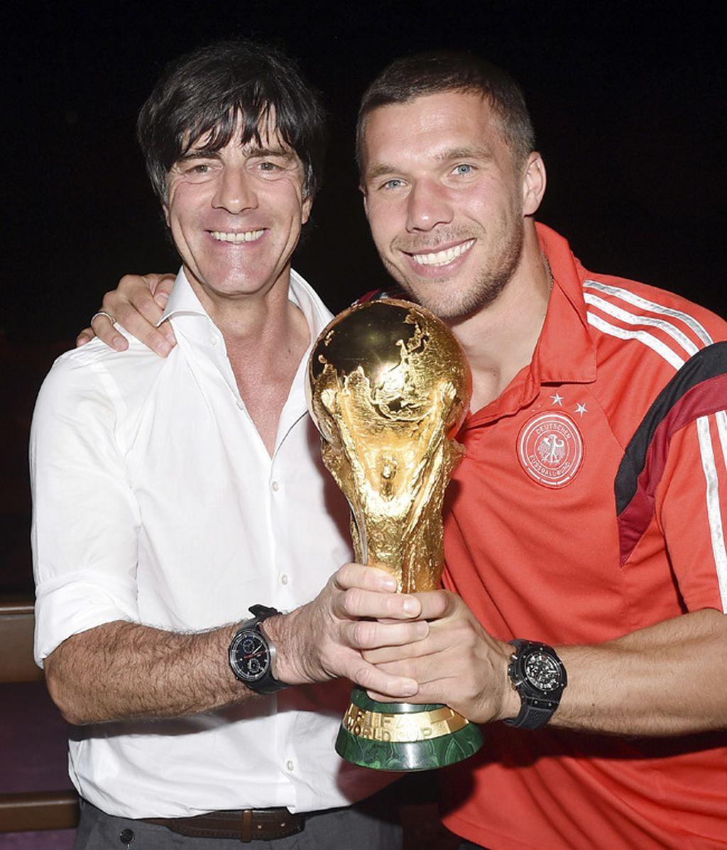 El seleccionador Joachin Löw posa junto a Podolski