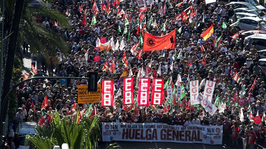 Vista de la manifestación que ha tenido lugar hoy en Córdoba con motivo de la Huelga General.