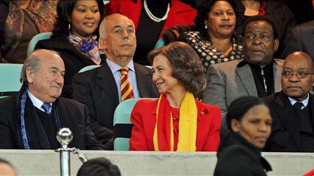 La reina Sofía de España (c) habla con el presidente de la FIFA, Joseph S. Blatter (i), en presencia del presidente sudafricano, Jacob Zuma (d), antes del partido Alemania-España, de semifinales del Mundial de Fútbol de Sudáfrica 2010. Hoy la Reina y los Príncipes de Asturias estarán en el partido de la final entre España y Holanda. EFE