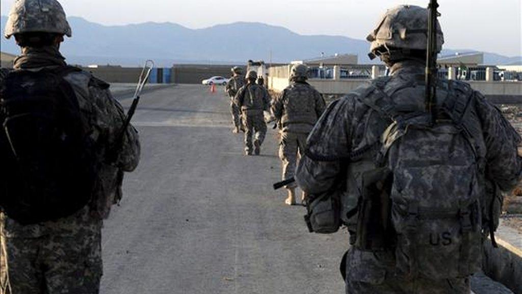 Fotografía cedida por la Fuerza Internacional de Asistencia a la Seguridad (ISAF) de la OTAN, que muestra a un grupo soldados estadounidenses de patrulla en Sharana (Afganistán), durante una misión en la provincia afgana de Pattika. EFE/Archivo