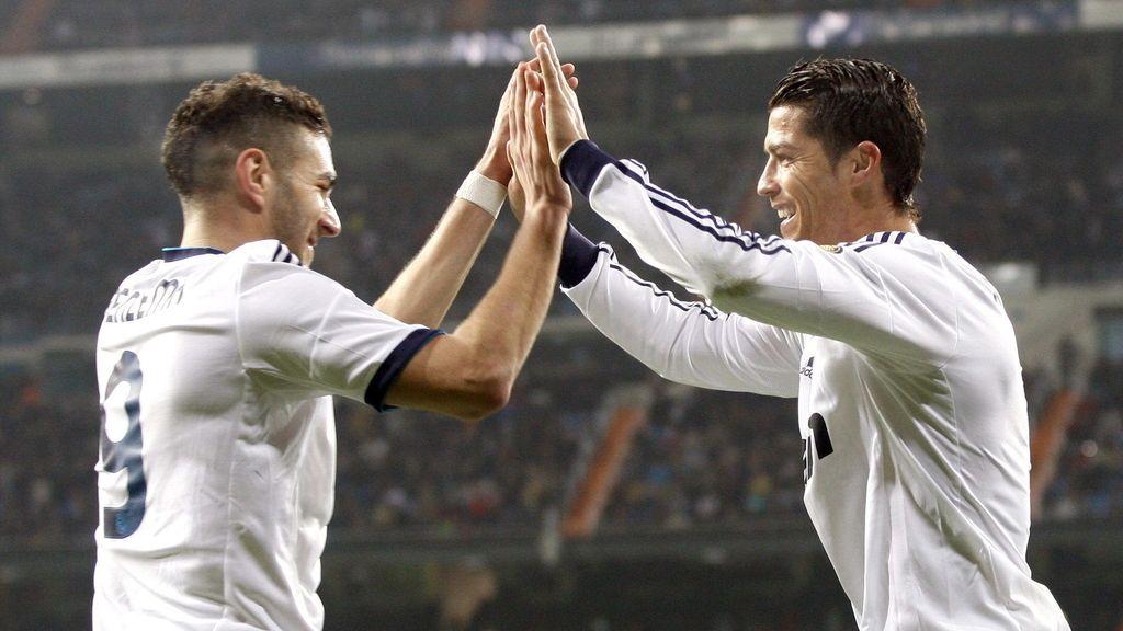 El delantero portugués del Real Madrid, Cristiano Ronaldo (d), celebra uno de sus goles con su compañero, el francés Karim Benzema