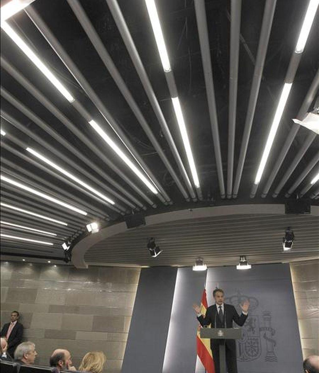 El presidente del Gobierno, José Luis Rodríguez Zapatero, durante la rueda de prensa posterior a la reunión que celebró hoy en el palacio de la Moncloa con los máximos representantes de casi cuarenta empresas del país para analizar la situación económica y la salida de la crisis. EFE