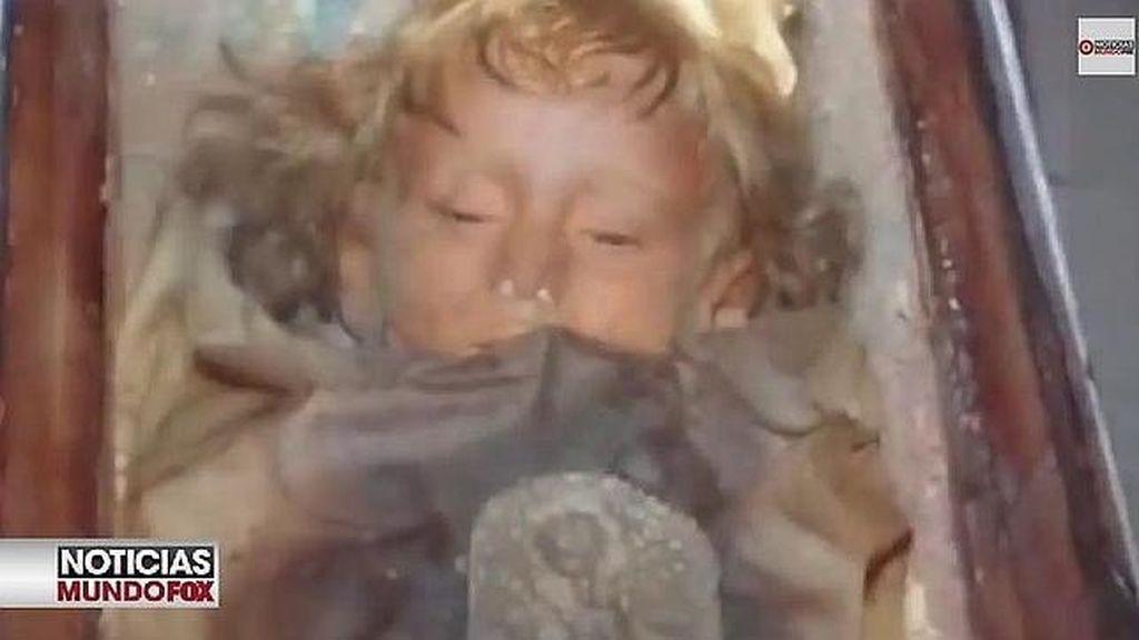 Una momia de una niña abre y cierra los ojos