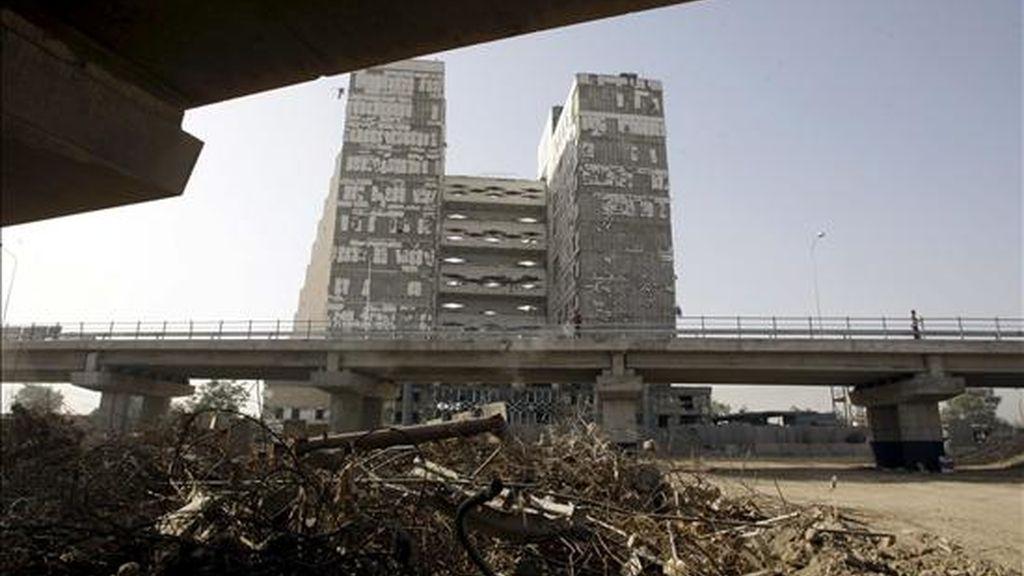 """De la cantidad """"desaparecida"""", el Pentágono desconoce por completo qué ha ocurrido con 2.600 millones de dólares. En la imagen, la vista del puente Mohamed Al Qassim, en proceso de reconstrucción. EFE/Archivo"""