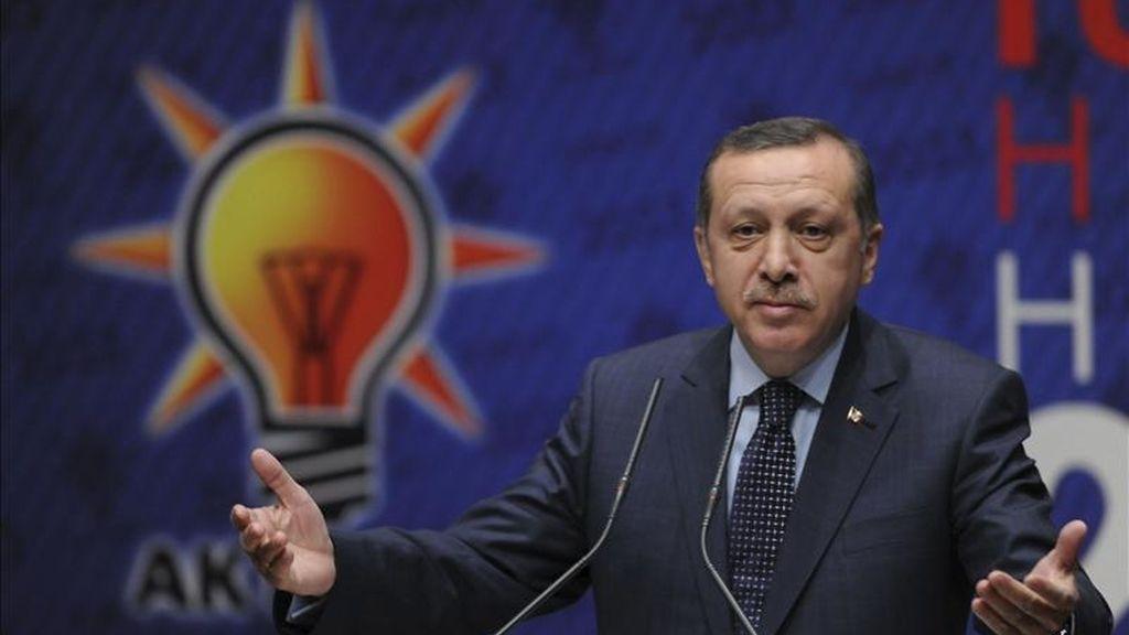 El primer ministro turco, Recep Tayyip Erdogan, presenta el programa electoral del conservador Partido de la Justicia y el Desarrollo (AKP), para los comicios del 12 de junio, cuyas principales líneas son profundizar en la democratización del país, el crecimiento económico, reforzar la sociedad civil y hacer más habitables las ciudades, en Ankara, Turquía, hoy sábado 16 de abril de 2011. EFE