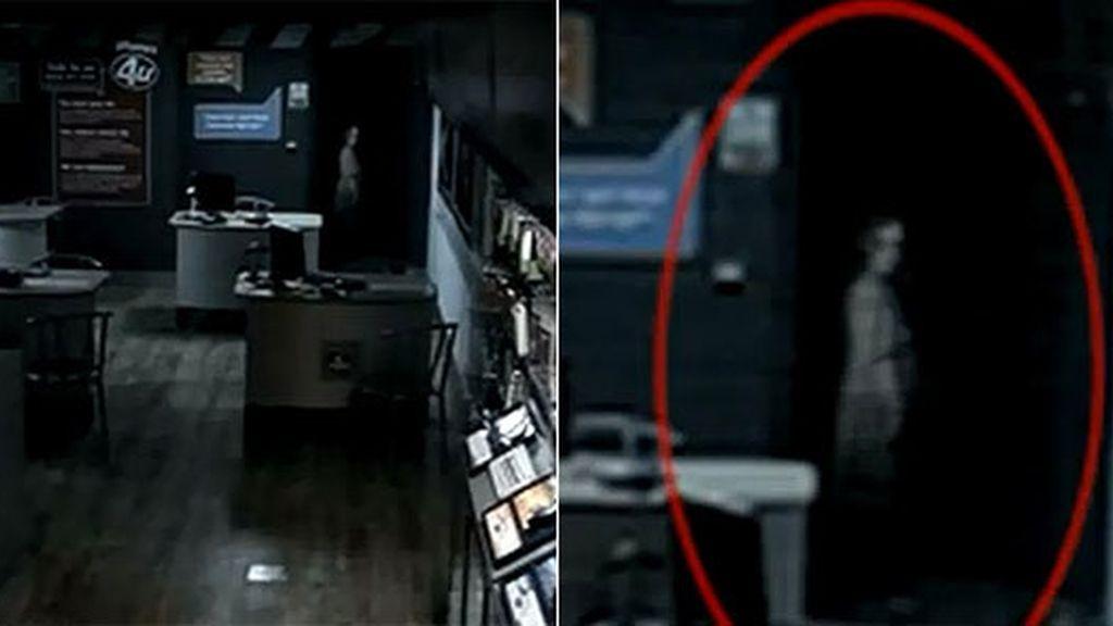 La cámara de seguridad de la tienda de telefonía capta la imagen de lo que supone es un fantasma. Foto: The Sun.