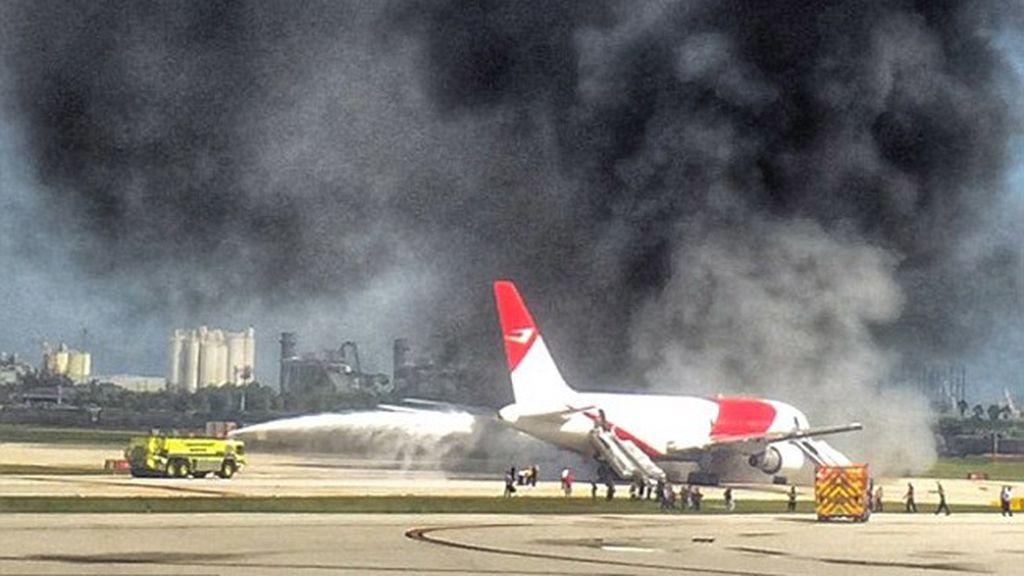 Un avión arde justo en el momento en el que va a despegar