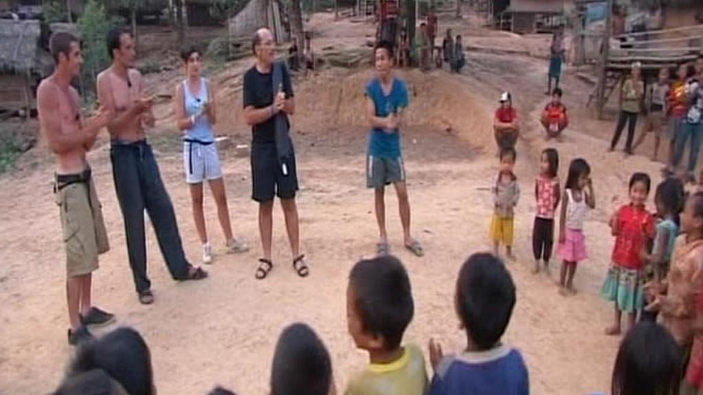 Manolo, Marta, Javier, Hilario y los niños laosianos