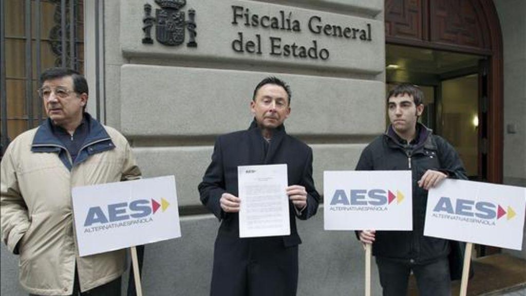 El responsable de Asuntos Jurícicos del partido Alternativa Española (AES), Carlos Martínez Cava (c), junto a otros militantes, en la concentración que protagonizaron, antes de presentar en la Fiscalía General del Estado una denuncia, por un posible delito de malversación de fondos públicos, contra el presidente de la Xunta, Emilio Pérez Touriño. EFE