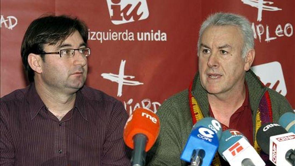 El nuevo coordinador regional de Izquierda Unida de Castilla-La Mancha, Daniel Martínez (i), escucha cómo el coordinador general del Izquierda Unida, Cayo Lara (d), lo presenta como tal, hoy en Toledo. EFE
