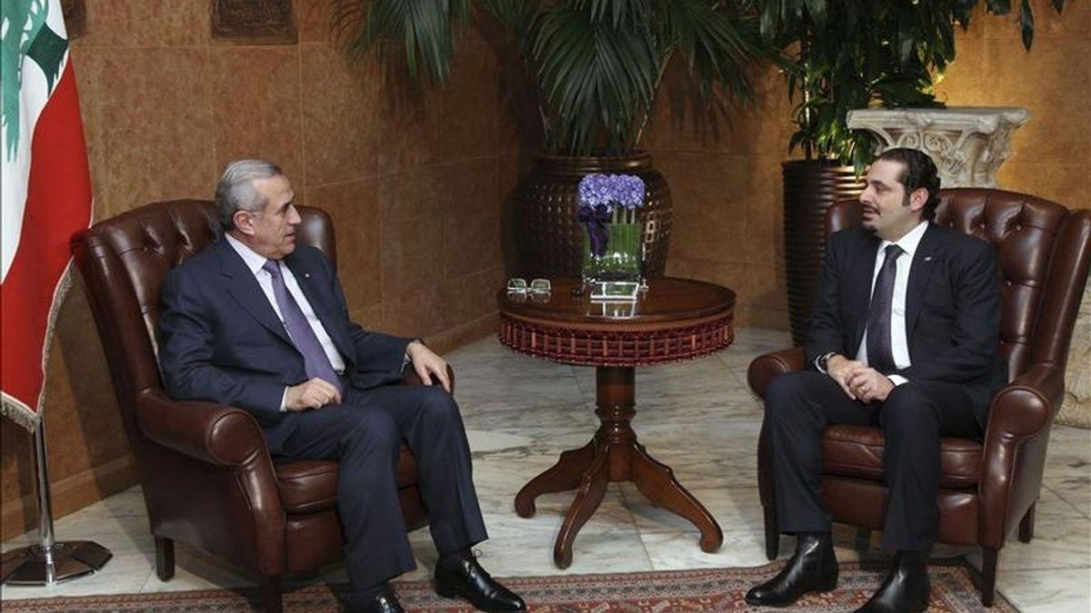 El presidente libanés, Michel Suleiman (i), se reúne con el primer ministro saliente libanés, Saad Hariri (d), en el palacio presidencial de Baabda en el este de Beirut, en el Líbano