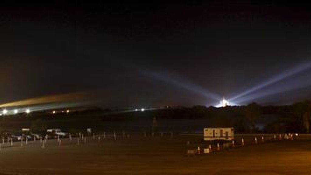 El transbordador Endeavour permanece en la plataforma de lanzamiento 39-A del Centro Espacial Kennedy, en Cabo Cañaveral, Florida (Estados Unidos), luego de que la NASA suspendió su lanzamiento, previsto para hoy. EFE