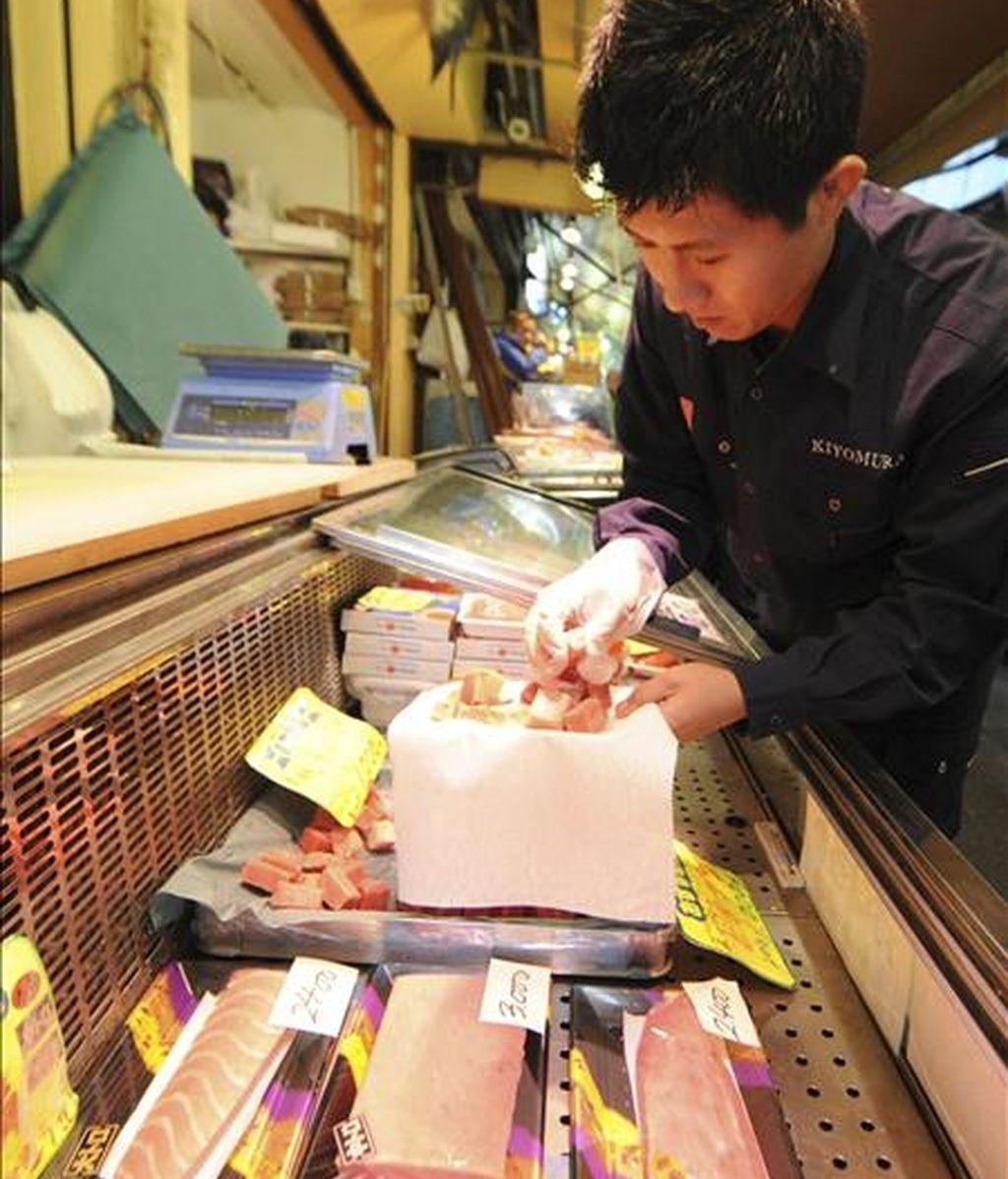 Un pescadero japonés preparando atún para su venta en el mercado de pescado Tsukiji de Tokio. EFE/Archivo