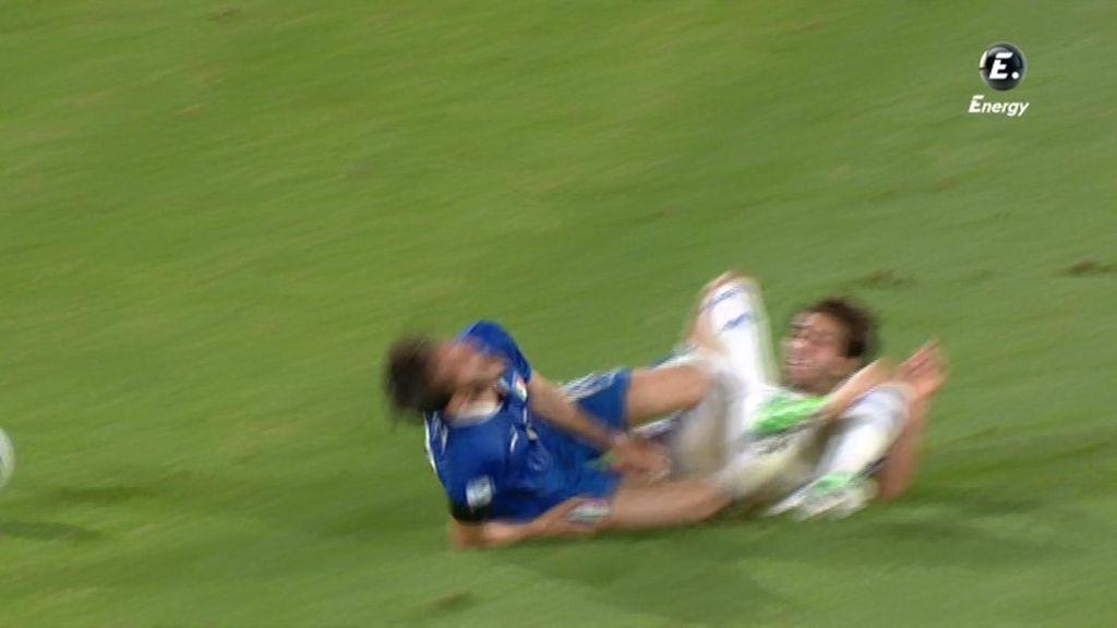 El italiano llegó antes al balón y se llevó la peor parte