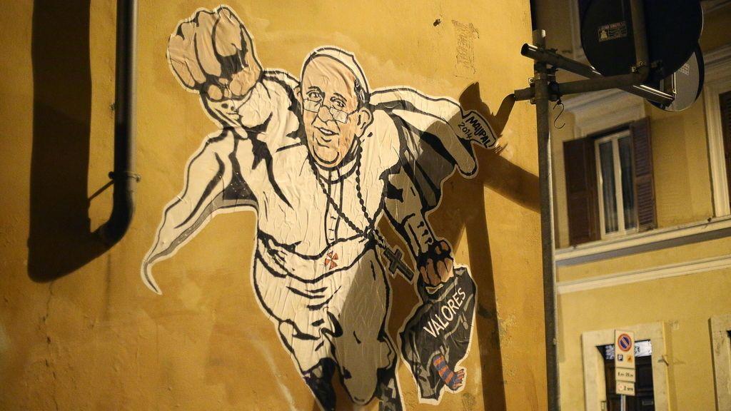 El Papa Francisco aparece retratado como supermán en los muros de Roma