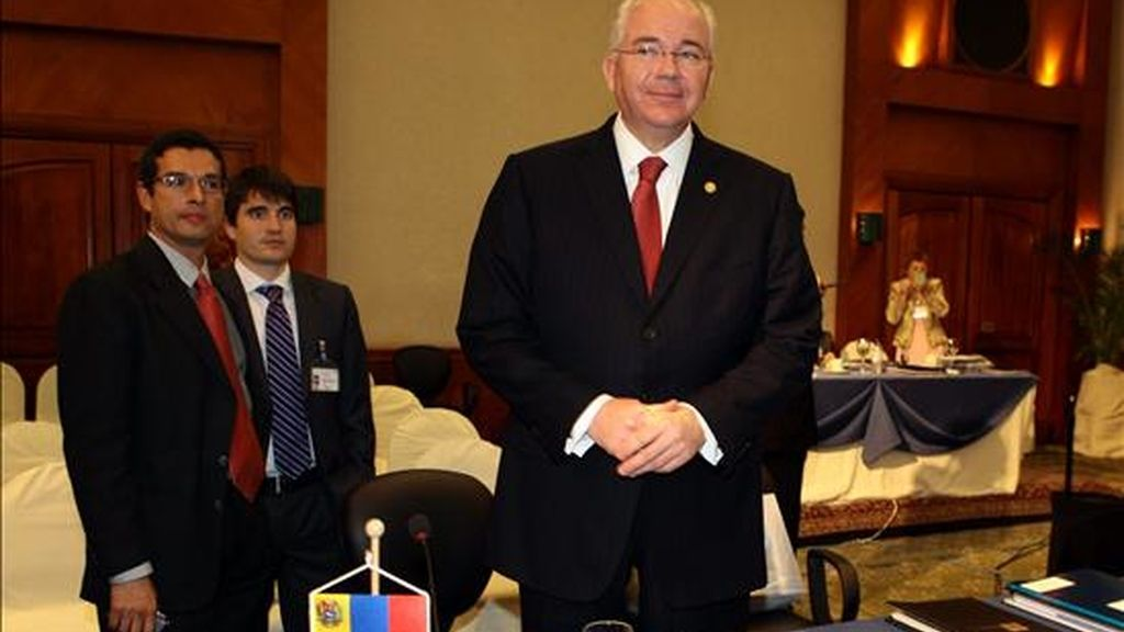 El ministro de Petróleo y Energía de Venezuela, Rafael Ramírez (d), participa en la inauguración de la reunión ministerial de la Organización de Países Exportadores de Petróleo (OPEP) en Quito (Ecuador). EFE