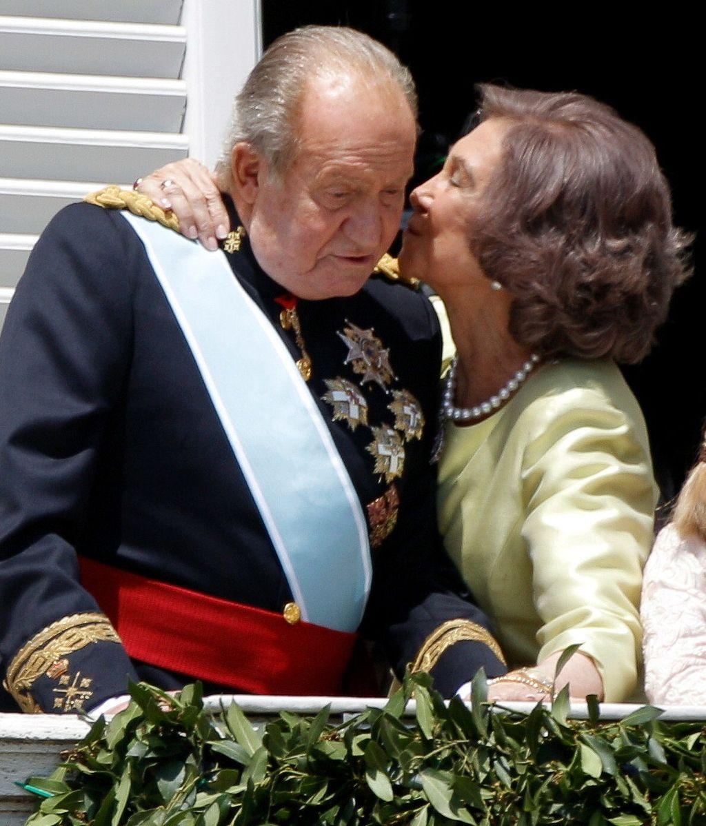Don Juan Carlos recibe el beso cariñoso de doña Sofía en el balcón del Palacio Real