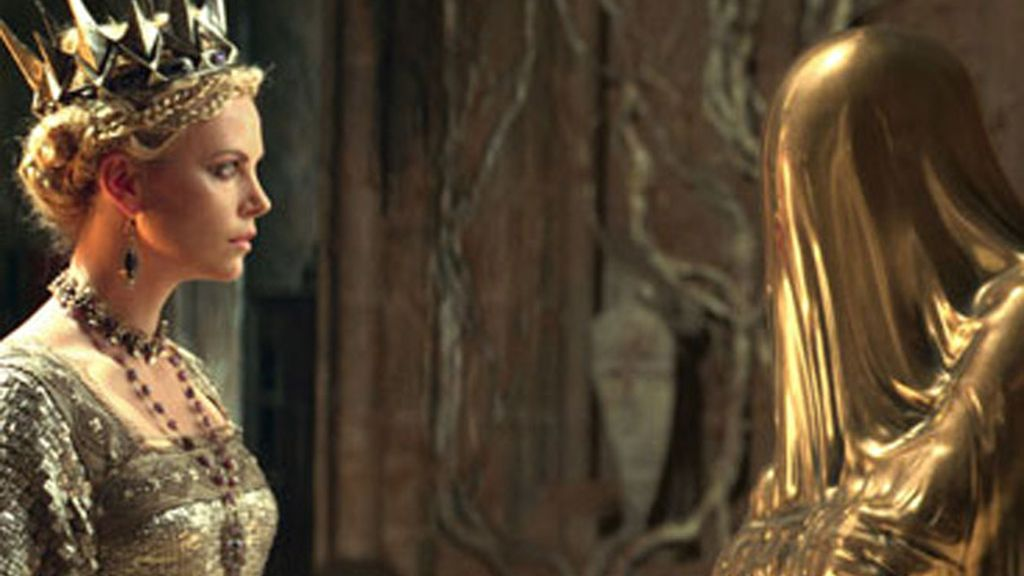 Charlize Theron es la reina Ravena, la malvada madrastra