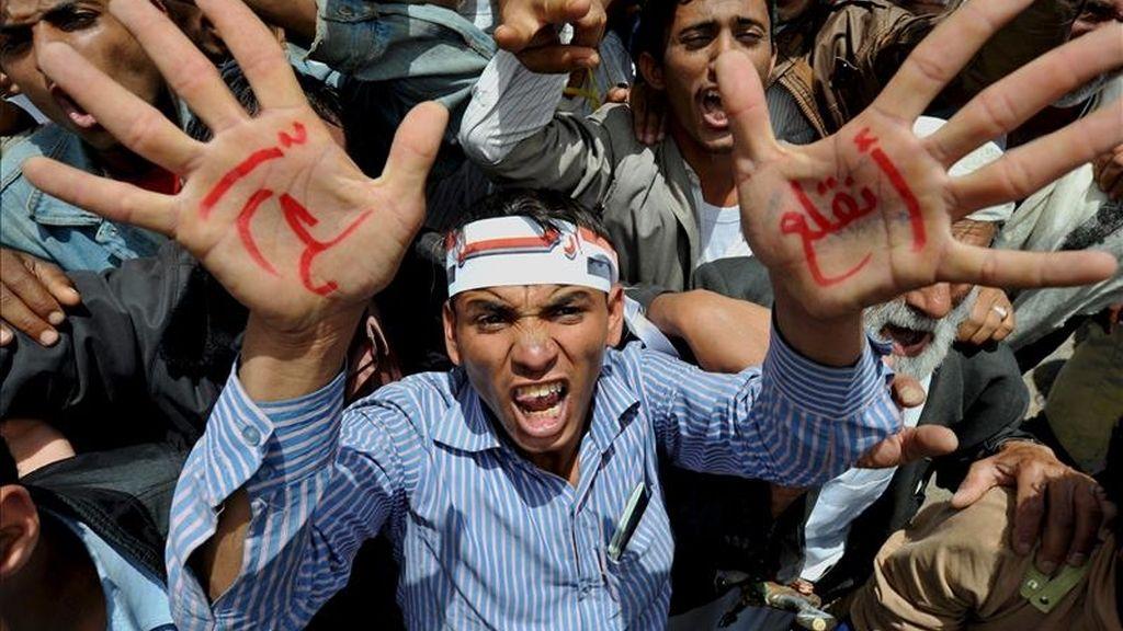 """Un simpatizante de la oposición muestra unas inscripciones escritas en sus manos, en las que se lee """"Váyase"""", durante una protesta en exigencia de la salida presidente yemení, Alí Abdalá Saleh, hoy en Saná. EFE"""