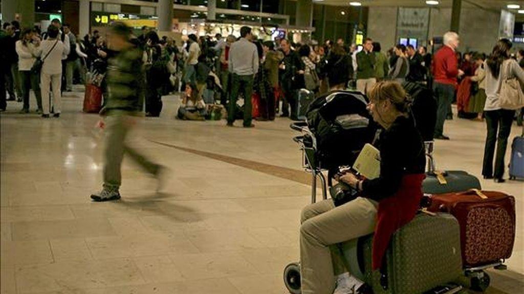 Cientos de pasajeros esperan en el aeropuerto de La Laguna (Tenerife), después de que todo el espacio aéreo español, menos Andalucia, se encuentre cerrado por el abandono masivo de los controladores de sus puestos de trabajo. EFE