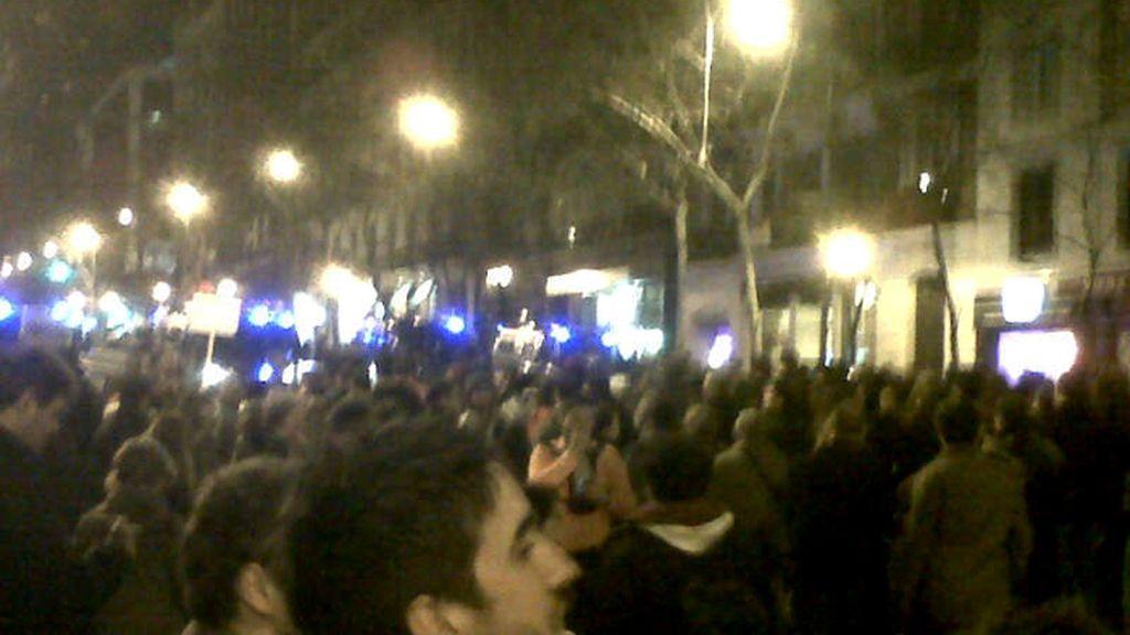 Manifestantes protestan ante la sede del PP por las informaciones sobre los sobresueldos