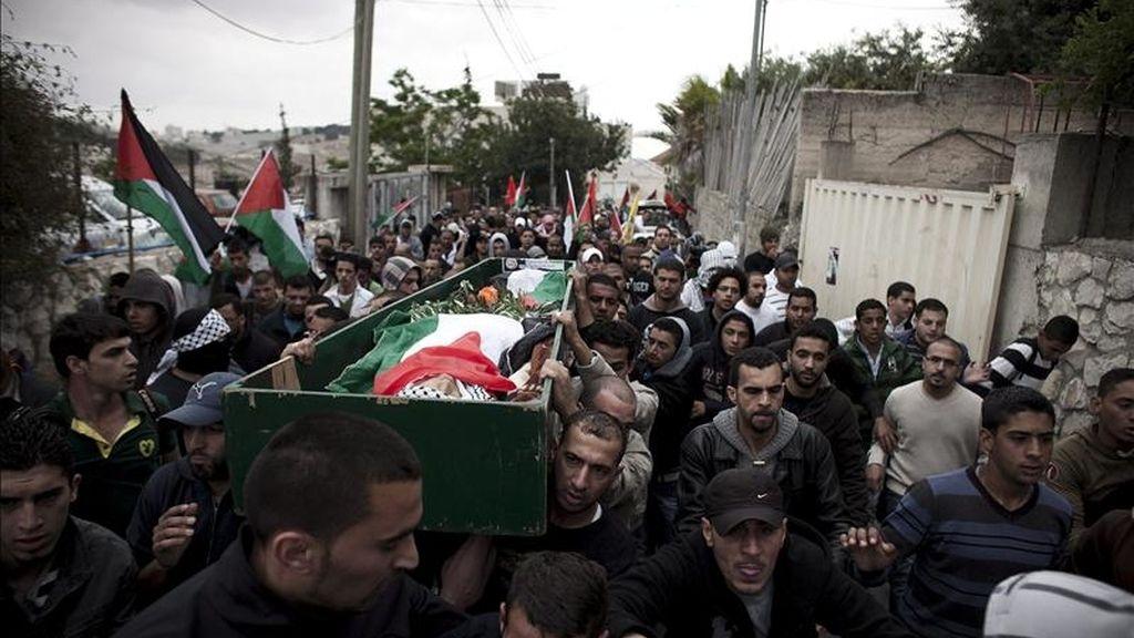 Cientos de palestinos asisten al funeral del joven Milad Said Ayyash, de 16 años, muerto por los presuntos disparos de un colono judío, hoy en Jerusalén. La muerte de un adolescente palestino en Jerusalén Este por los presuntos disparos de un colono judío, ha disparado la tensión en la región en la víspera del Día de la Nakba, la principal jornada de conmemoración en Oriente Medio. EFE
