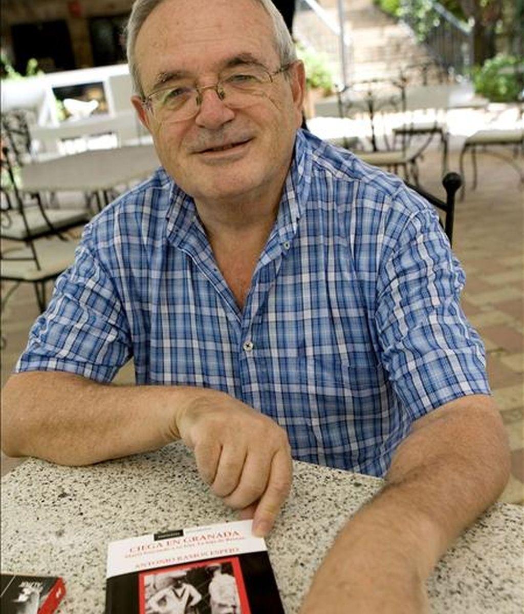 """El periodista Antonio Ramos Espejo, que ha publicado el libro """"Ciega en Granada"""", en el que ha rastreado la historia de Juliana Pelegrina, la joven de 15 años que sirvió de criada al escritor británico instalado en la Alpujarra Gerald Brenan y con la que tuvo una hija que, posteriormente, le arrebató. EFE"""