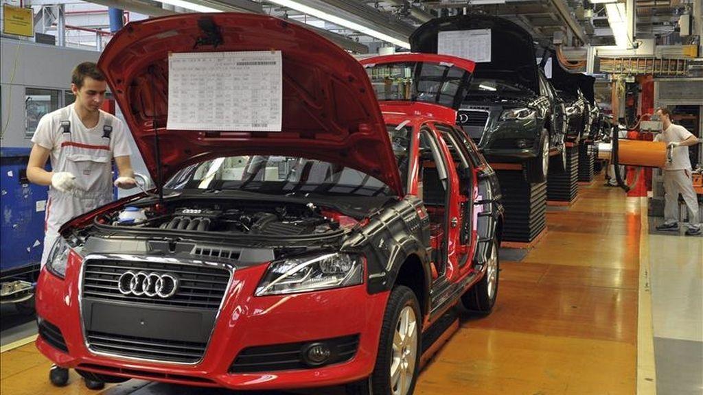 Mecánicos trabajan en la cadena de ensamblaje del Audi A3 en una fábrica en Ingolsatdt (Alemania). EFE/Archivo