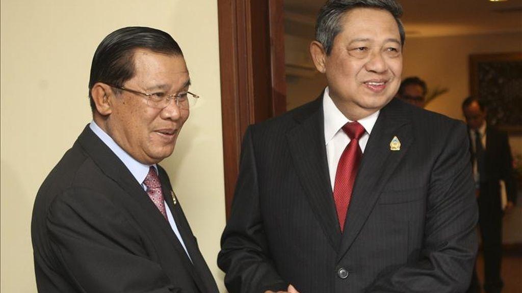 El presidente de Indonesia Susilo Bambang Yudhoyono (d), choca sus manos con el primer ministro de Camboya, Hun Sen (i), antes de su reunión trilateral con el primer ministro de Tailandia, Abhisit Vejjajiva este domingo 8 de mayo de 2011, en el marco de la décimo octava cumbre de la Asociación de Naciones del Sudeste Asiático (ASEAN), que se lleva a cabo en el Centro de Convenciones de Yakarta, Indonesia. EFE