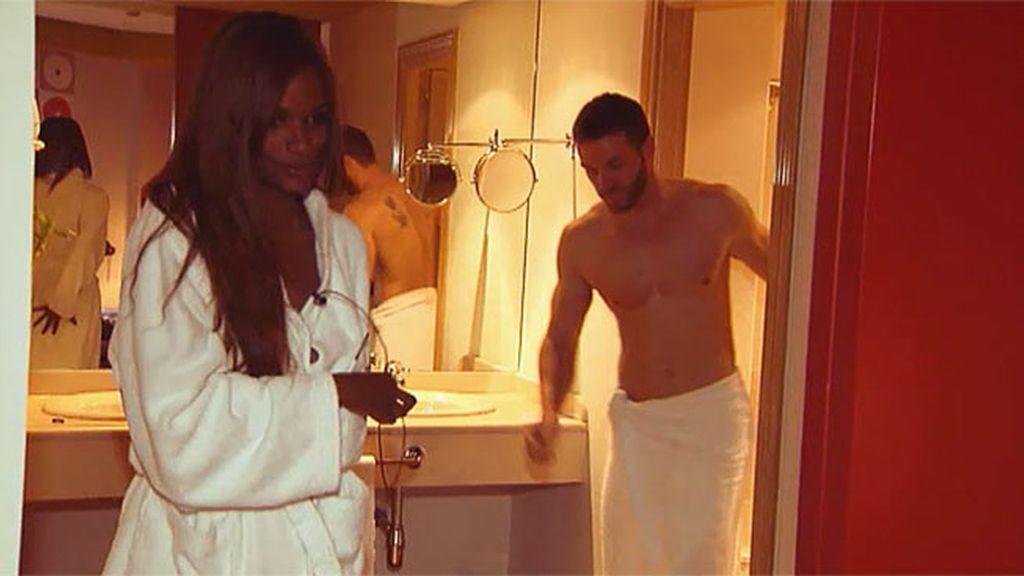 Liz y Leo se dan una ducha juntos