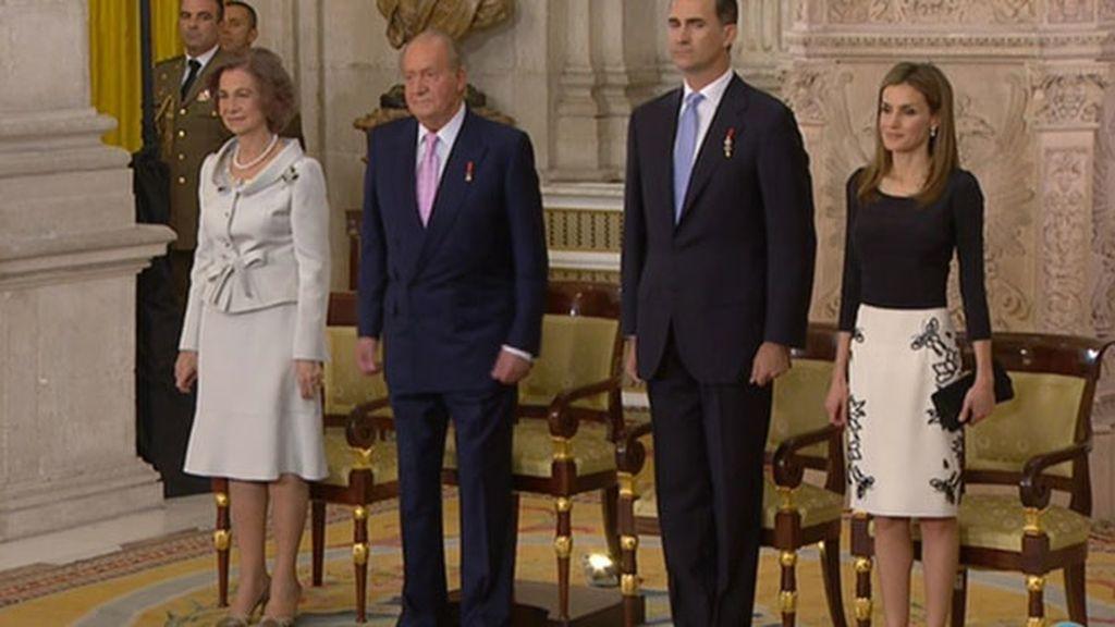 Los reyes de España y los príncipes de Asturias, en un día clave