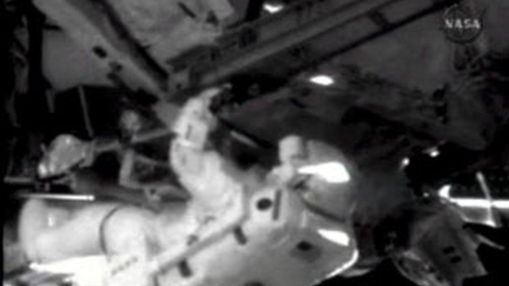 Fotografía facilitada por la NASA que muestra al astronauta Mike Fossum trabajando afuera de la Estación Espacial Internacional (EEI). Foto: EFE.