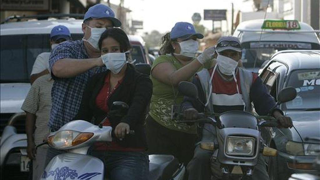 Funcionarios de Salud distribuyen tapabocas a los residentes de la ciudad de Montero (Bolivia) como medida preventiva contra la gripe A. EFE/Archivo