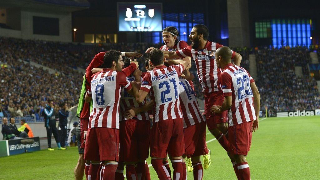 Los jugadores del Atlético de madrid celebran el gol de Godín al Oporto en Champions