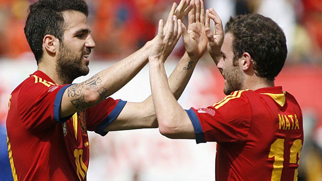 Cesc y Mata celebran el segundo gol de España