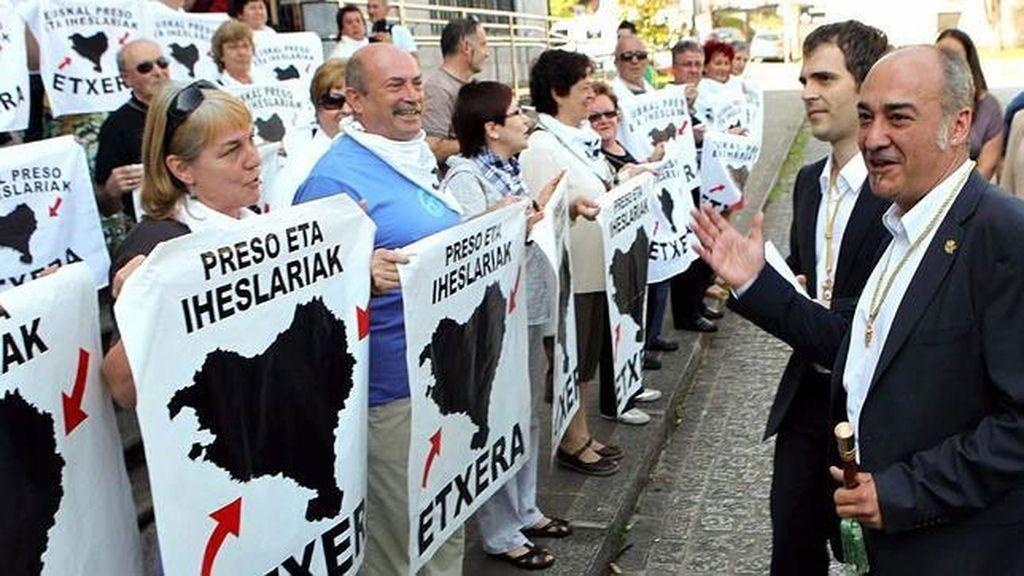 Martín Garitano, con familiares de presos etarras