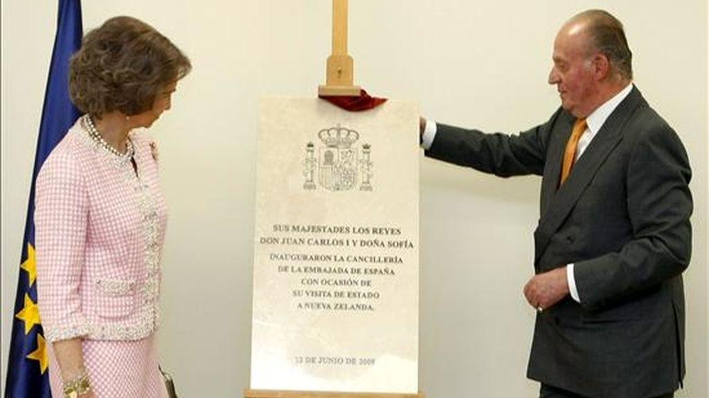 Los Reyes de España descubrieron una placa conmemorativa de la inauguración de la sede de la Cancillería de la Embajada de España en Nueva Zelanda. EFE
