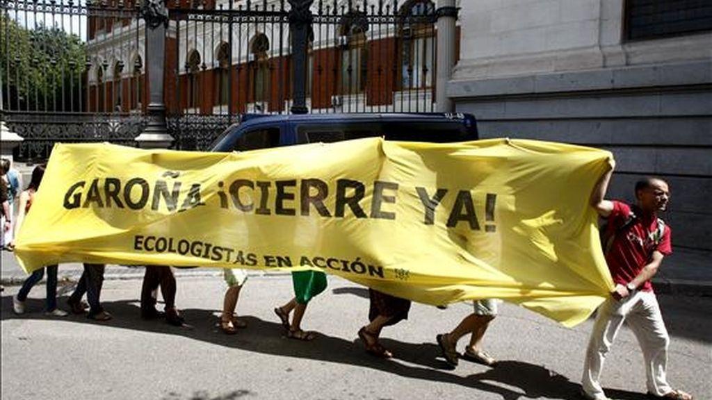 Activistas de Greenpeace y Ecologistas en Acción realizaron hoy una batukada antinuclear ante el Ministerio de Medio Ambiente y Medio Rural y Marino para pedir el cierre de la central de Garoña (Burgos). EFE