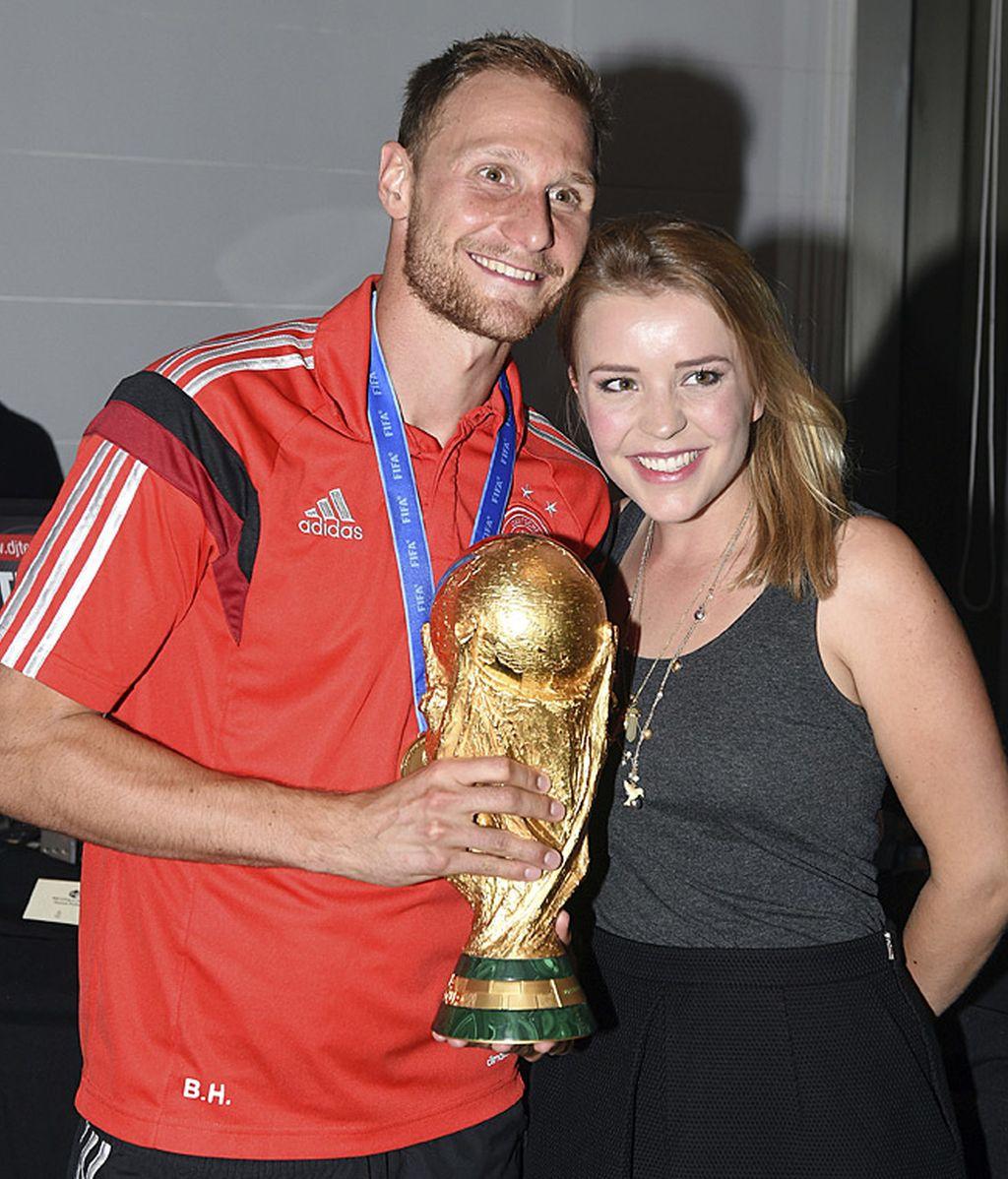 Benedikt Hoewedes y su novia Lisa Wesseler, muy sonrientes en la fiesta