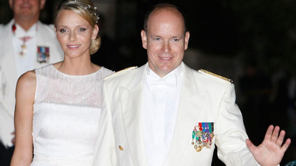 Los recién casados, a su llegada a la cena de gala