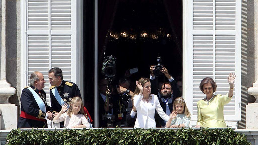 Los Reyes de España, sus hijas y Don Juan Carlos y Doña Sofía saludan