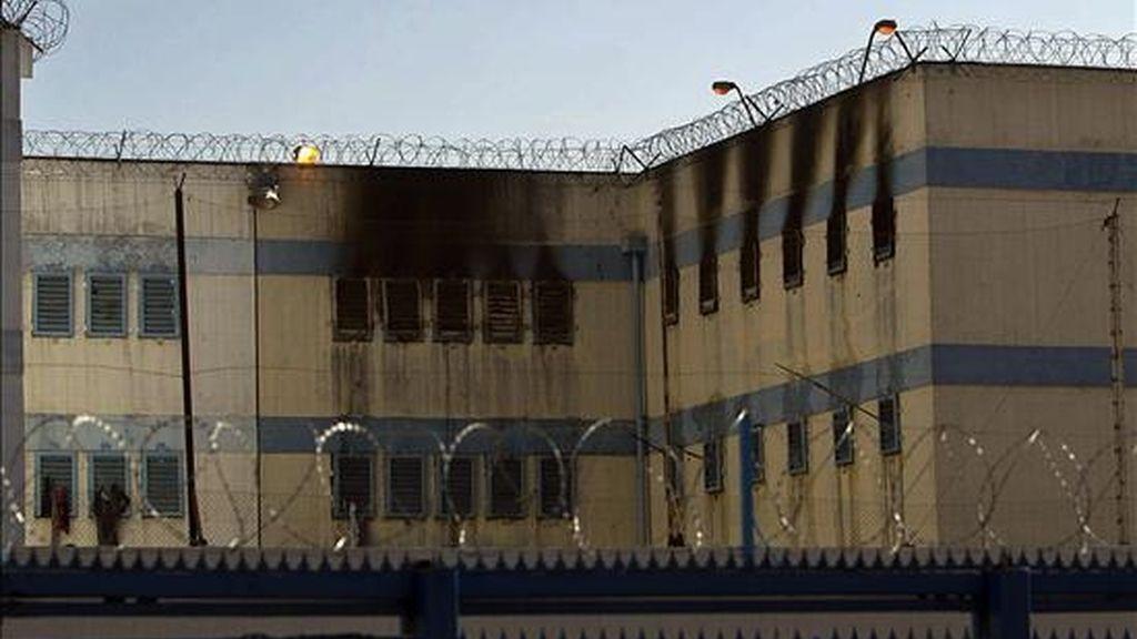 Vista general de la cárcel de San Miguel en Santiago. Familiares de los 81 presos muertos a causa de un incendio registrado hoy en ese centro de reclusión a consecuencia de un motín agredieron a las autoridades encargadas de difundir la lista de víctimas. EFE