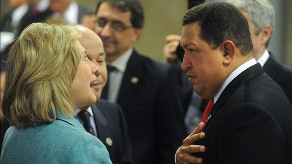La secretaria de estado estadunidense, Hillary Clinton (i), habla con el presidente venezolano, Hugo Chávez (d), este 1 de enero durante la ceremonia de investidura de la nueva presidenta de Brasil, Dlima Rousseff. EFE