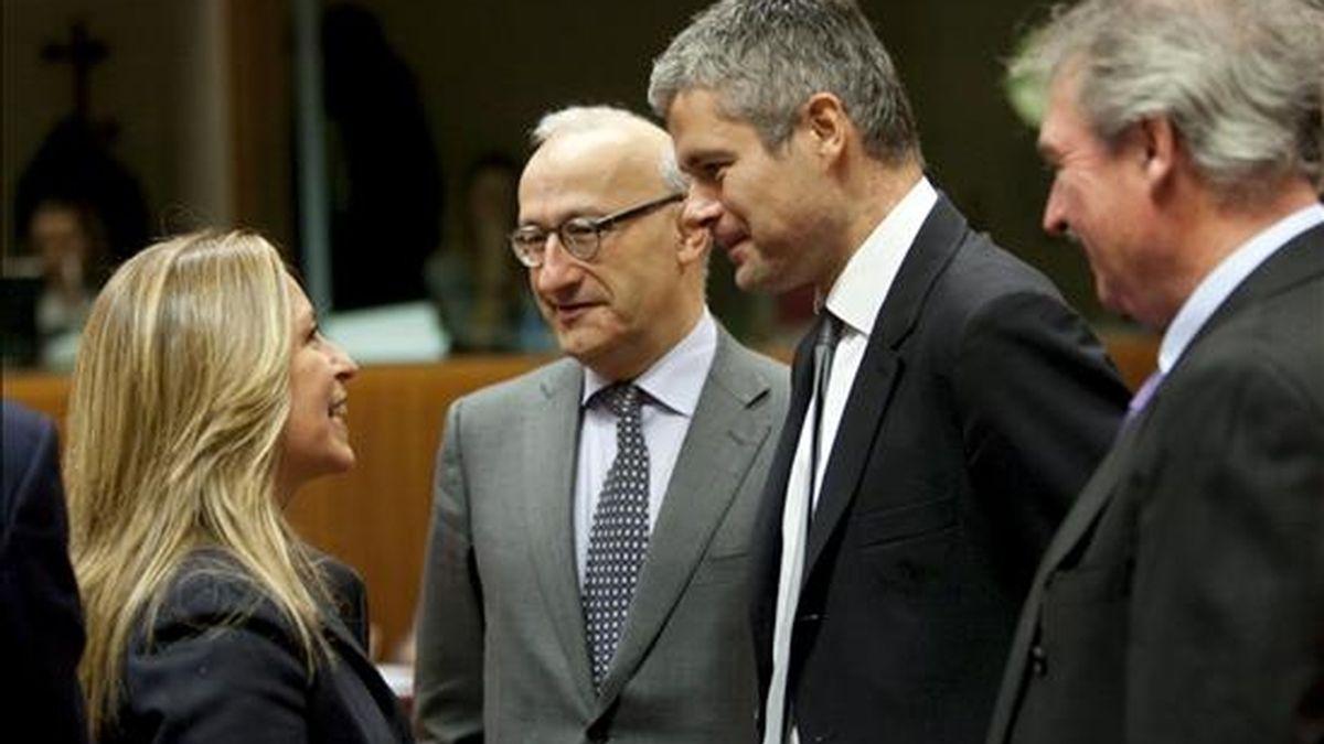 La ministra española de Asuntos Exteriores, Trinidad Jiménez (i), conversa hoy con el ministro galo encargado de los Asuntos Europeos, Laurent Wauquiez (2-d), al inicio de un consejo de ministros de Exteriores comunitarios, en Bruselas, Bélgica. EFE