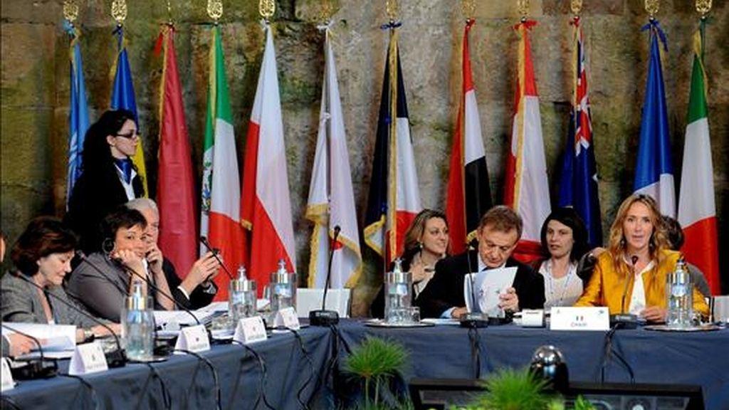 La ministra italiana de Medio Ambiente, Stefania Prestigiacomo (d), preside la sesión vespertina de la segunda jornada de la cumbre del G8 sobre medio ambiente en Siracusa (Sicilia, Italia). La reunión terminó hoy. EFE